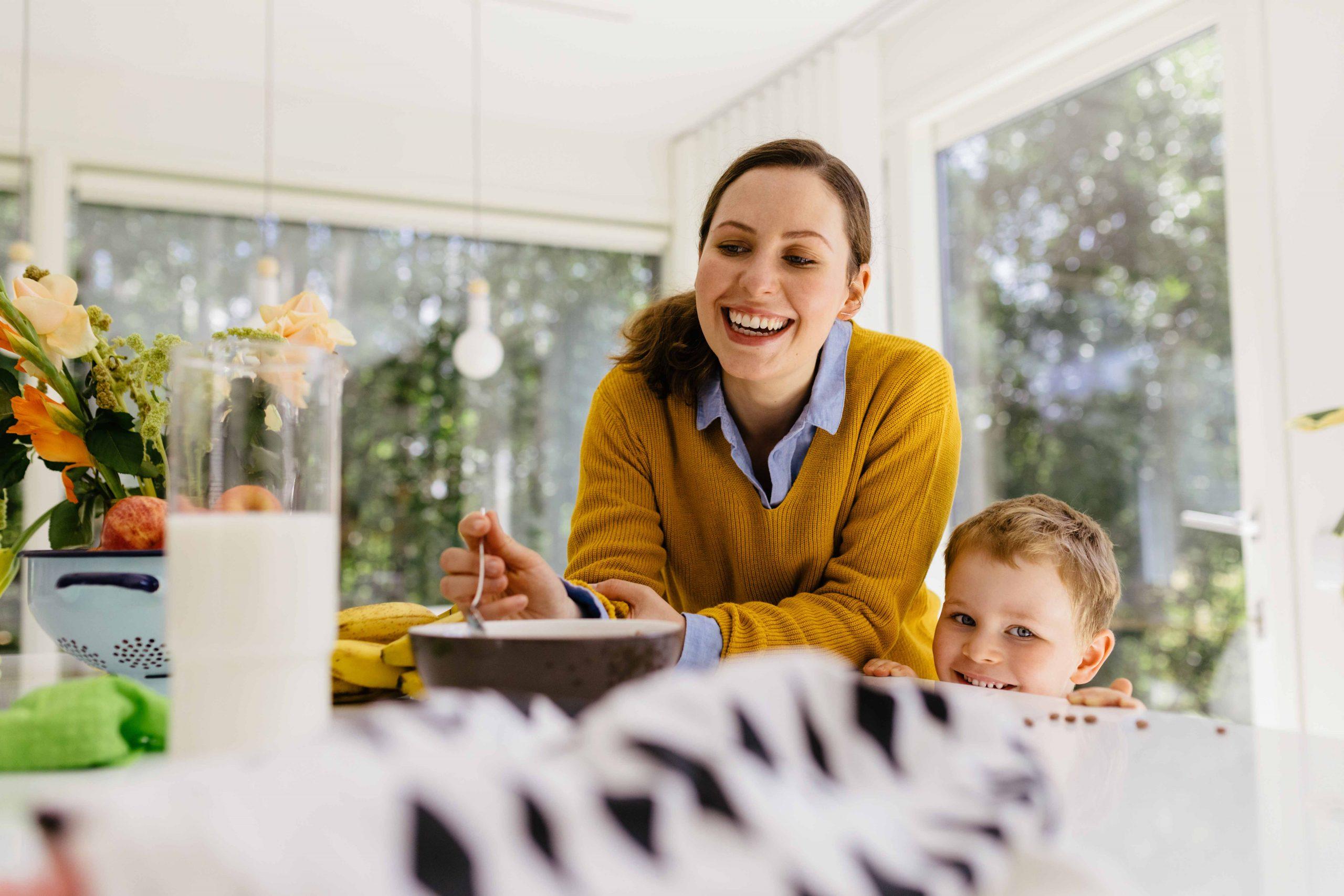 nainen ja lapsi ruokapöydän ääressä