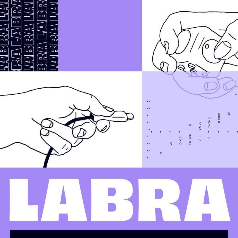 Kuvituskuva, jossa käsi työntää töpseliä kohti pistoketta. Kuvan alaosassa lukee Labra.